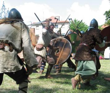 inscenizacja walk średniowiecznych wojowników