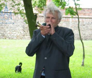 mężczyzna grający na małej trąbce